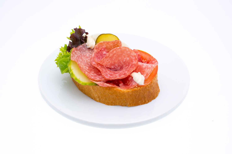 Weißbrot mit Salami